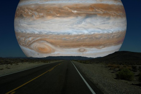 月の位置にある木星